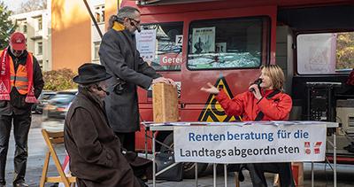 Rentenberatung vor dem Kieler Landtag